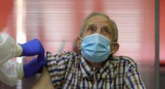 Nicanor, de 72 años, fue el primer madrileño en recibir la dosis de la vacuna de Pfizer en una residencia de Vallecas.