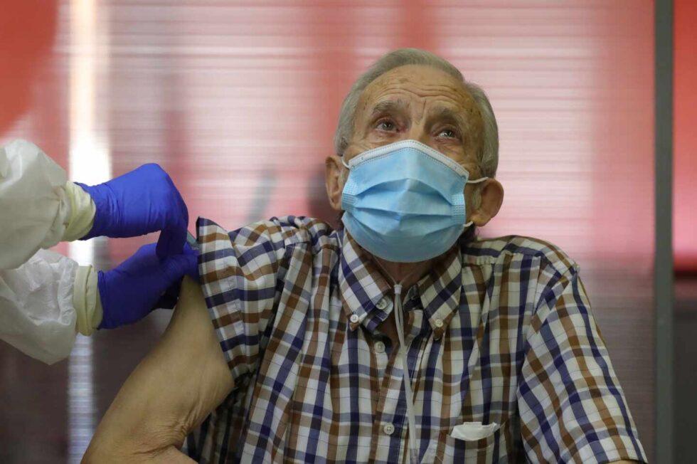 Nicanor, de 72 años, es el primer residente en recibir una dosis de la vacuna contra la covid-19 en la capital, este domingo en la residencia de mayores Vallecas de Madrid.