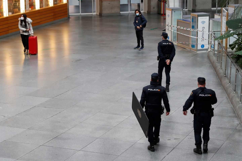 Policías en la estación de Atocha (Madrid).