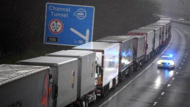 """Camioneros españoles atrapados en el sur de Inglaterra: """"Nos están tratando como animales"""""""