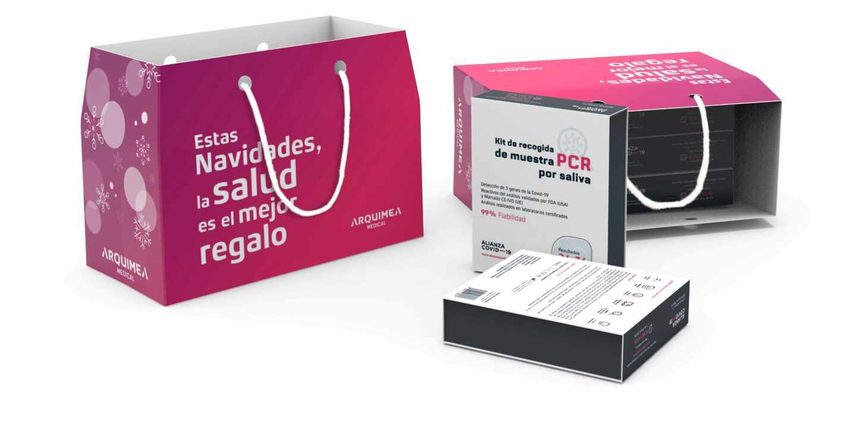 Bolsa con kits de PCR que Arquimea Group regalará en vísperas de Navidad a sus empleados.