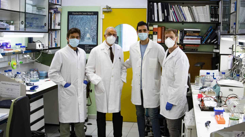 El virólogo Luis Enjuanes, junto a miembros de su equipo en el Centro Nacional de Biotecnología