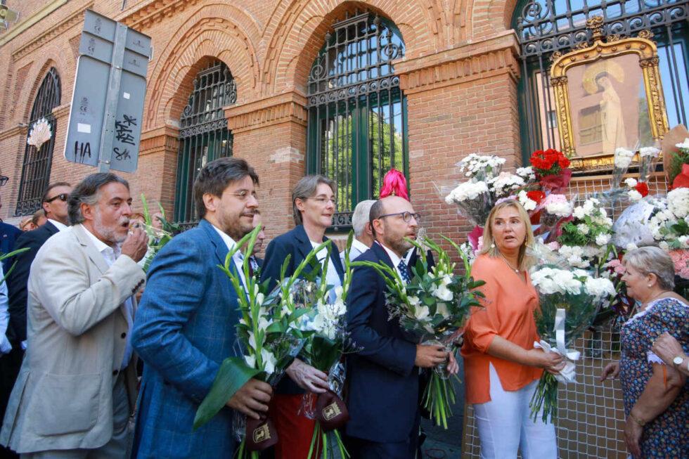 Ofrenda floral ante el cuadro de la Virgen de la Paloma en Madrid