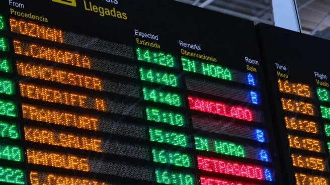 Paneles luminosos con rótulos de vuelos cancelados o retrasados en el aeropuerto de Fuerteventura (Canarias).