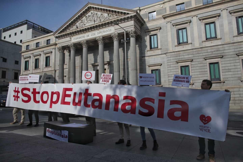 Concentración en contra de la despenalización de la eutanasia frente al Congreso de los Diputados.