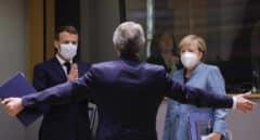 David Sassoli saluda a Macron y Merkel en la última cumbre comunitaria en Bruselas.