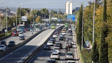 Madrid registra tráfico lento de salida coincidiendo con el puente y con el cierre perimetral