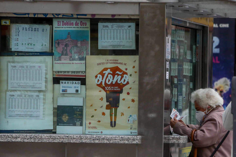 Una anciana es atendida en una administración de la Puerta del Sol.