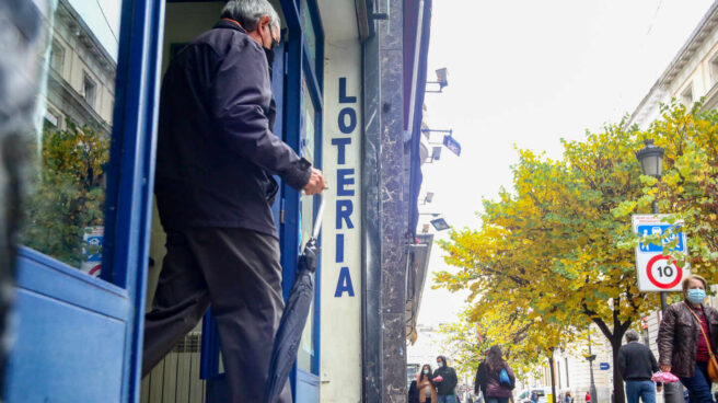Una persona sale de la administración de lotería La Pajarita, en Madrid.