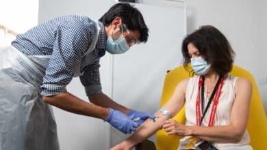 'The Lancet' afirma que la vacuna de Oxford es eficaz y previene casos graves