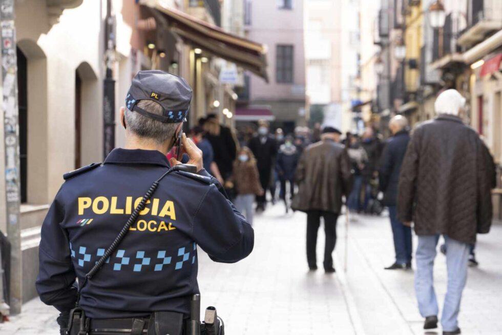 Un policía local de Logroño vigila el cumplimiento de las medidas contra el Covid.