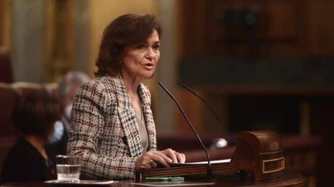 La vicepresidenta primera del Gobierno, Carmen Calvo, interviene en una sesión plenaria en el Congreso.