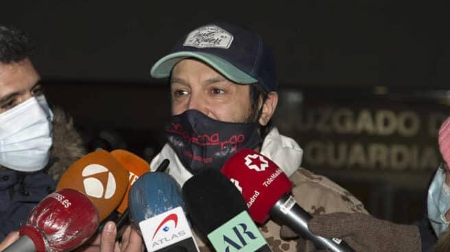 Rafael Amargo abandona el juzgado después de que la jueza lo pusiera en libertad con medidas cautelares