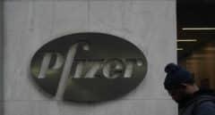 Un hombre camina ante la sede de la farmacéutica Pfizer en Nueva York.