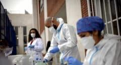 Sanitarios realizando tests a alumnos del Colegio Internacional Alameda de Osuna , en Madrid.