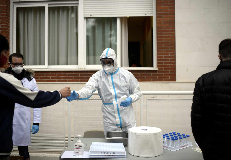 Un sanitario realiza tests a alumnos del Colegio Internacional Alameda de Osuna.