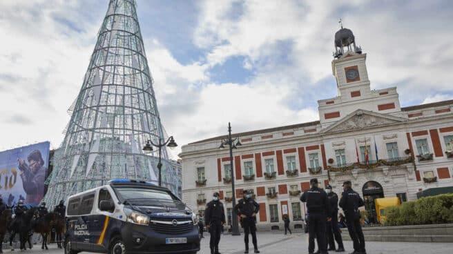 Agentes de la Policía Nacional, en el 'Operativo Navidad' en la Puerta del Sol.