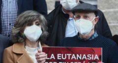 María Luisa Carcedo y Ángel Hernández tras aprobarse la Ley de Eutanasia.