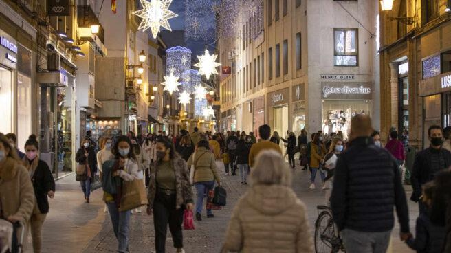 Ambiente de compras navideñas en el centro de Sevilla.