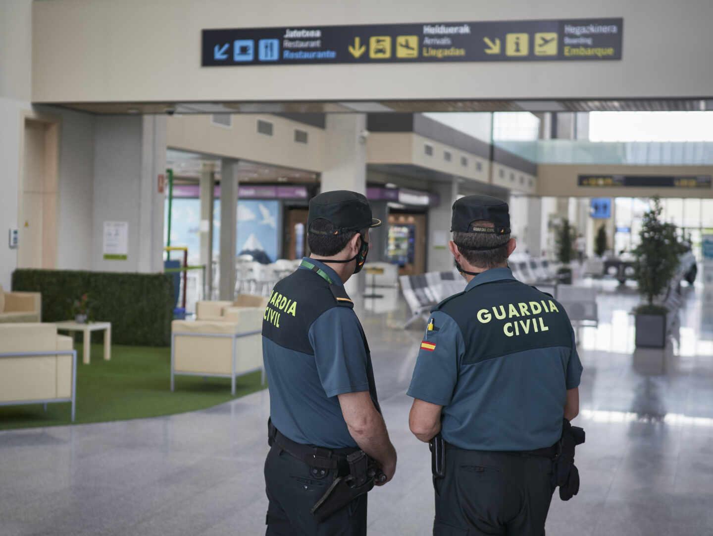Una pareja de guardias civiles, en el aeropuerto de Noain-Pamplona.