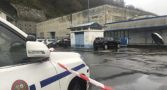 La Ertzaintza investiga impactos de bala en el interior del coche patrulla que cayó al río Urema