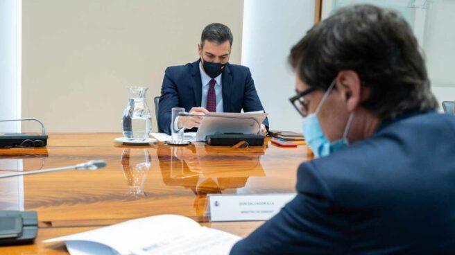 El presidente del Gobierno, Pedro Sánchez, y el ministro Salvador Illa, en una comparecencia pública.
