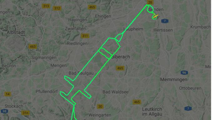 Un piloto dibuja una jeringa en el cielo como recuerdo del inicio de la vacunación contra el Covid-19