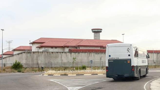 Un furgón de la Guardia Civil traslada a presos a la cárcel de Valdemoro, en Madrid.