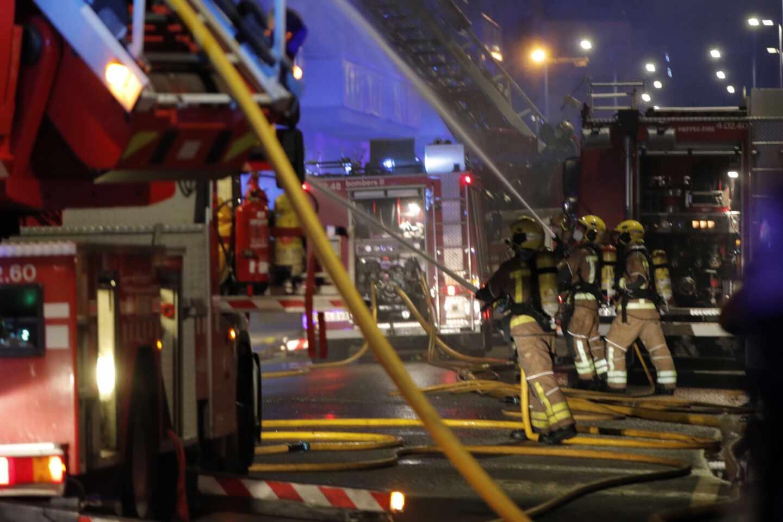 Incendio de una nave 'okupa' en Badalona (Barcelona).