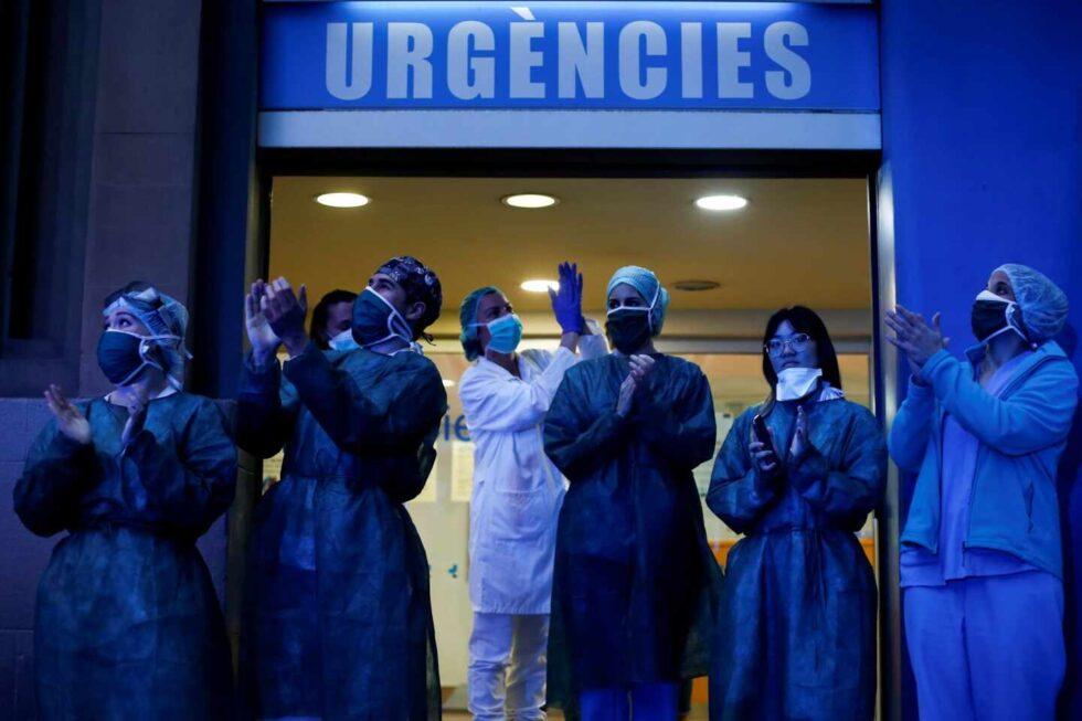 Personal médico del Hospital Dos de Mayo de Barcelona agradece los aplausos.