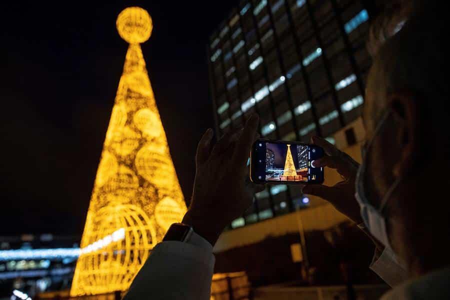 Encendido del árbol de Navidad junto al hospital de La Paz de Madrid.