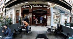 Clientes de una cafetería en Pamplona, Navarra.