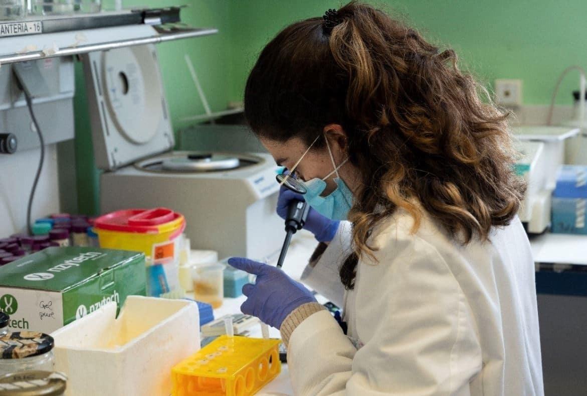 Una investigadora en el laboratorio del CNB-CSIC.