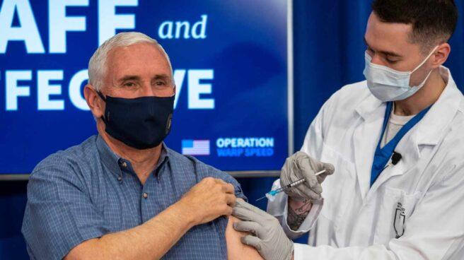 El vicepresidente Mike Pence recibe la vacuna en Washington.