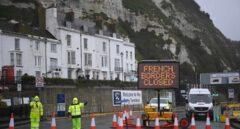 Hasta 10.000 camiones españoles esperan bloqueados en Dover una solución