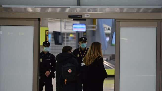 Varios pasajeros, este lunes en el Aeropuerto Adolfo Suárez Madrid-Barajas.