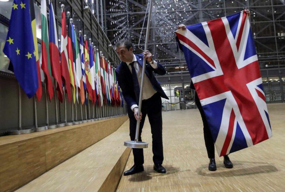 El personal del Consejo de la UE retira la bandera británica del Consejo Europeo en Bruselas.