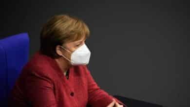 """Una emocionada Merkel pide """"de corazón"""" que se acepten medidas más duras esta Navidad"""