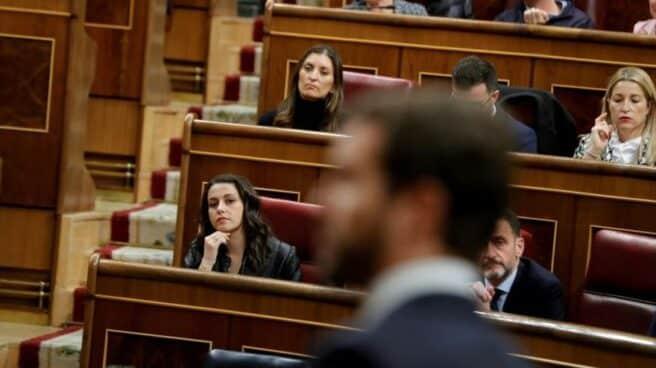 Inés Arrimadas observa a Pablo Casado en el Congreso.