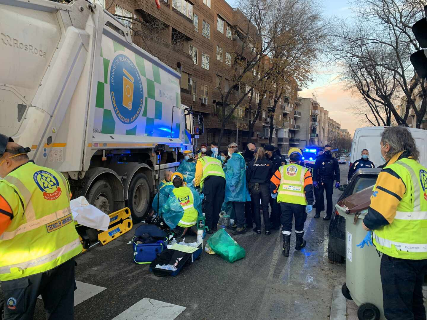 Accidente de una camión de la basura en Madrid.