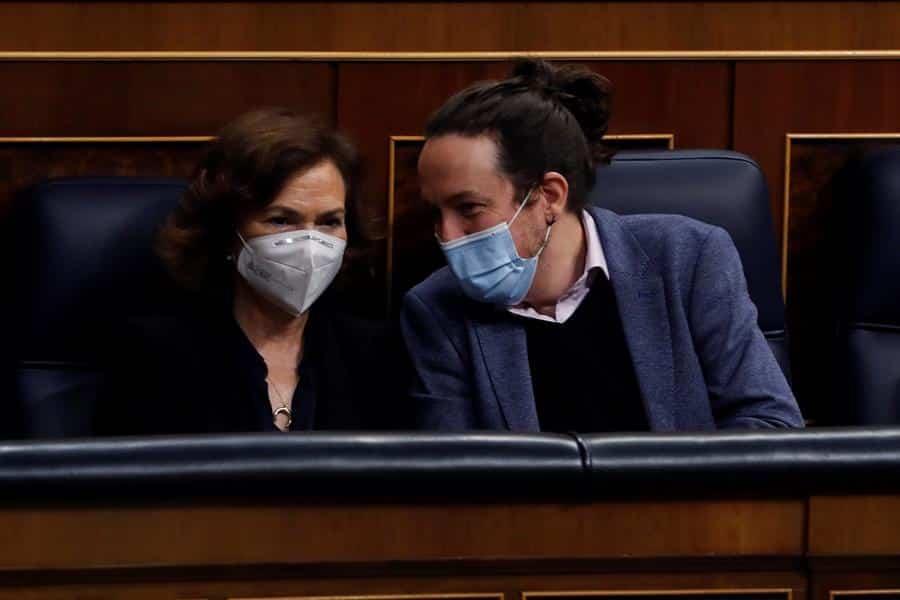La vicepresidenta del Gobierno, Carmen Calvo, junto a Pablo Iglesias en el Congreso.