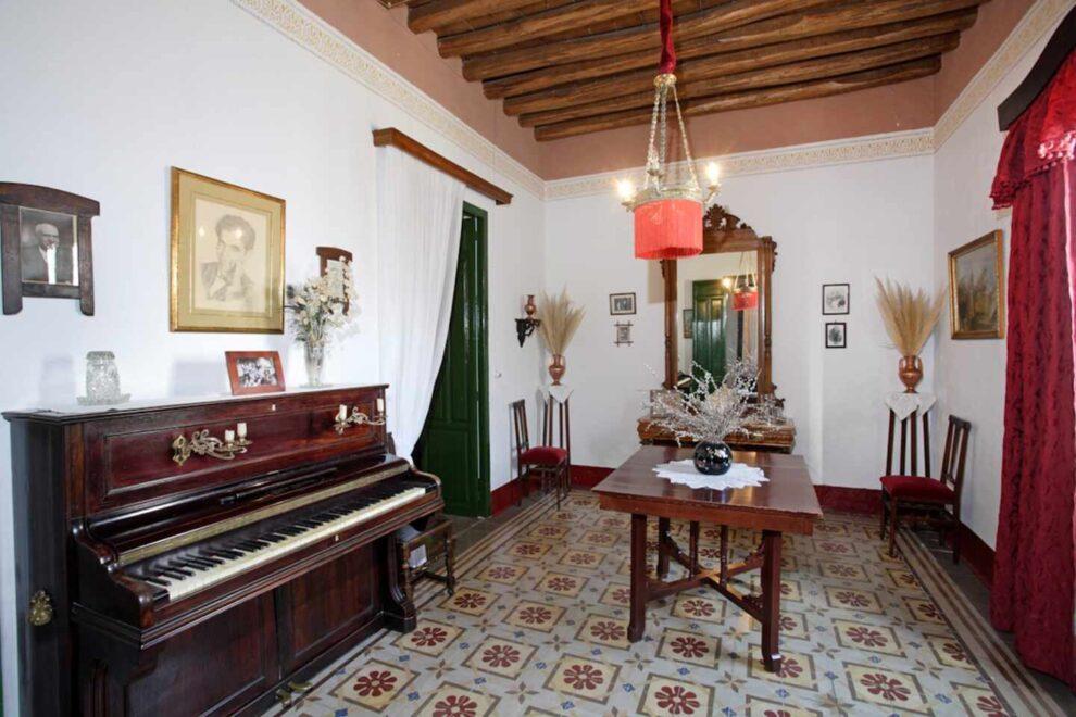 Foto del interior de la casa familiar de Federico García Lorca en Valderrubio (Granada), donde se ven muebles de la época y un piano.