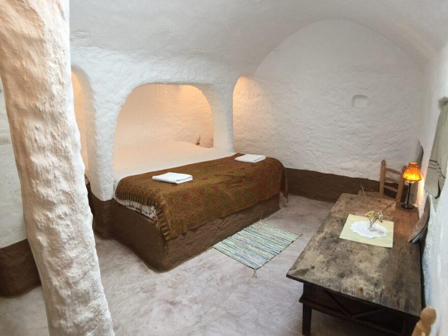 Habitación de un hotel en una cueva de Granada.
