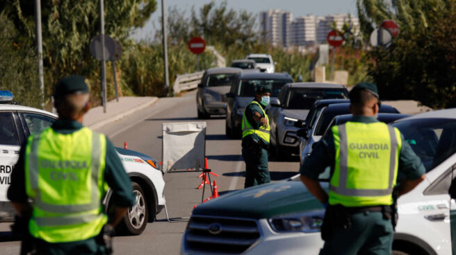 Dos agentes de la Guardia Civil, en un control en una carretera en Murcia.