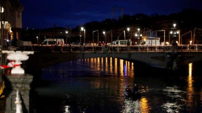Los equipos de rescate buscan en el río Urumea al ertzaina desaparecido.