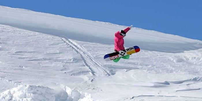 Persona esquiando con snowboard en Sierra Nevada, Granada.