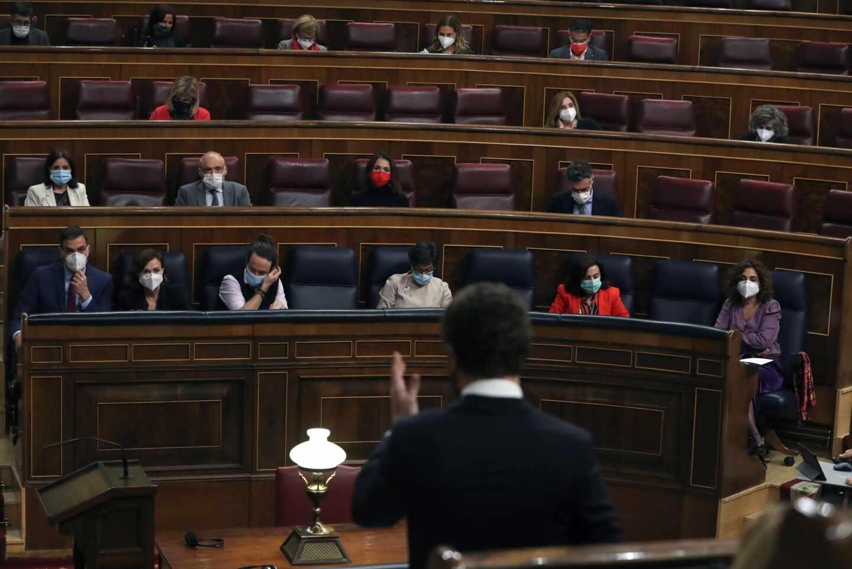 Pablo Casado se dirige a Pedro Sánchez en el Congreso.
