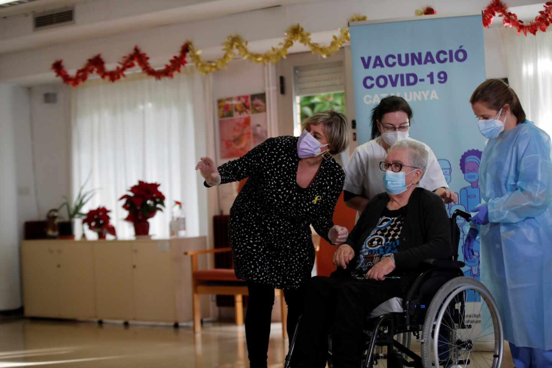 Josefa, primera mujer en recibir la vacuna en Cataluña.