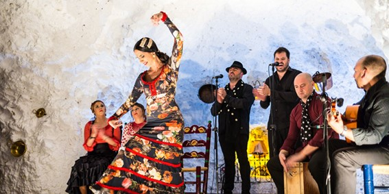 Grupo de flamenco tocando en el Sacromonte, uno de los planes culturales típicos de Granada.