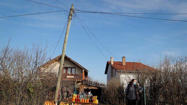 Una mujer vende frutas en un puesto en Preoce (Kosovo).